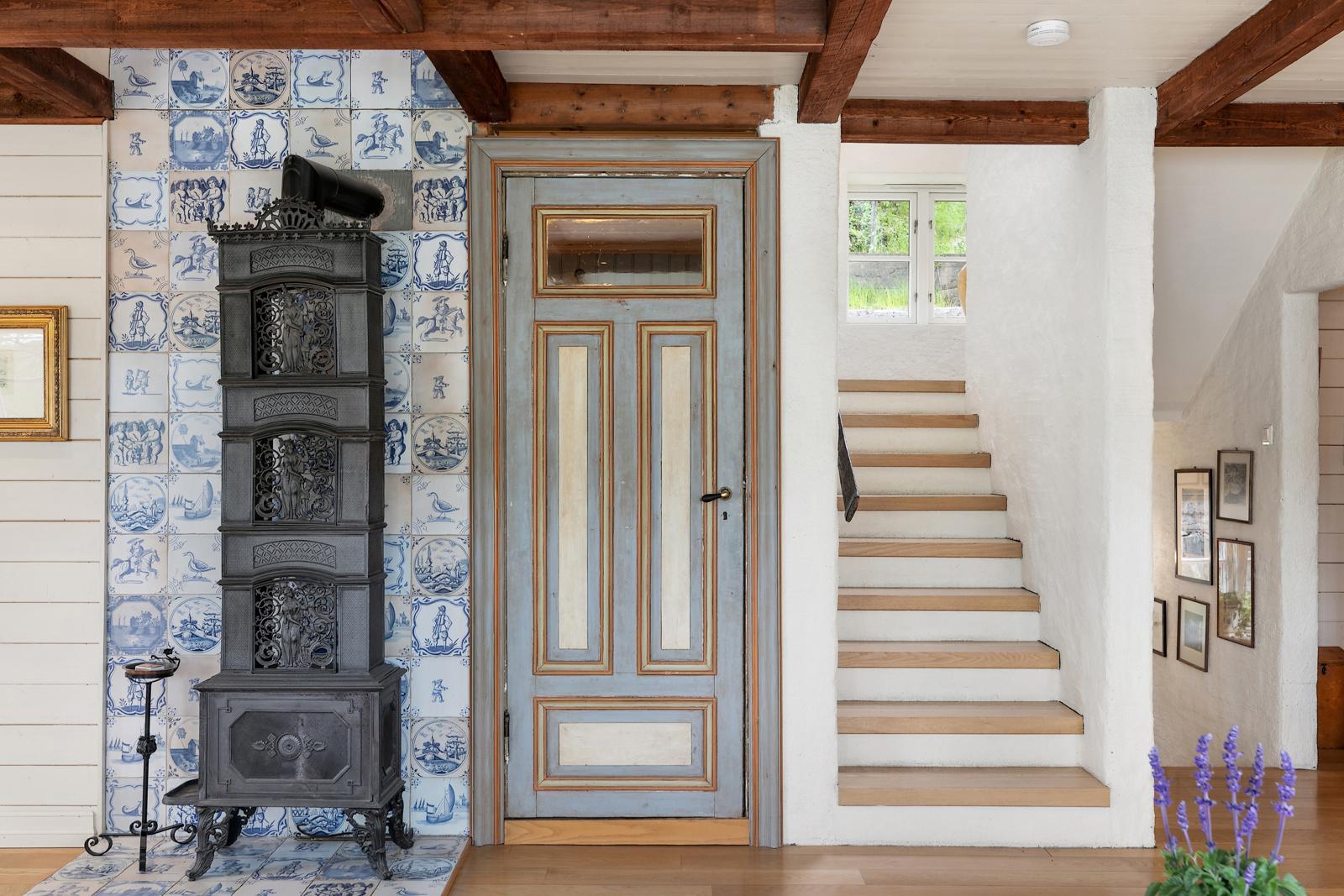 Flott etasjeovn, inngang til vaskerom og trapp til 2 etasje