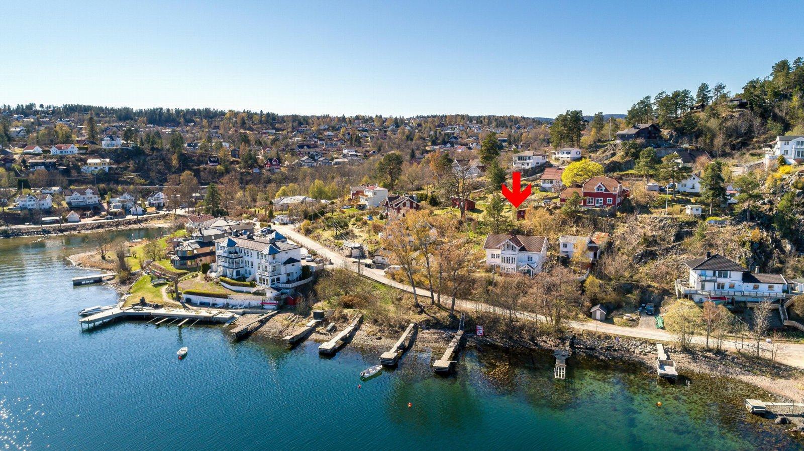 Dronefoto over brygge og boligen