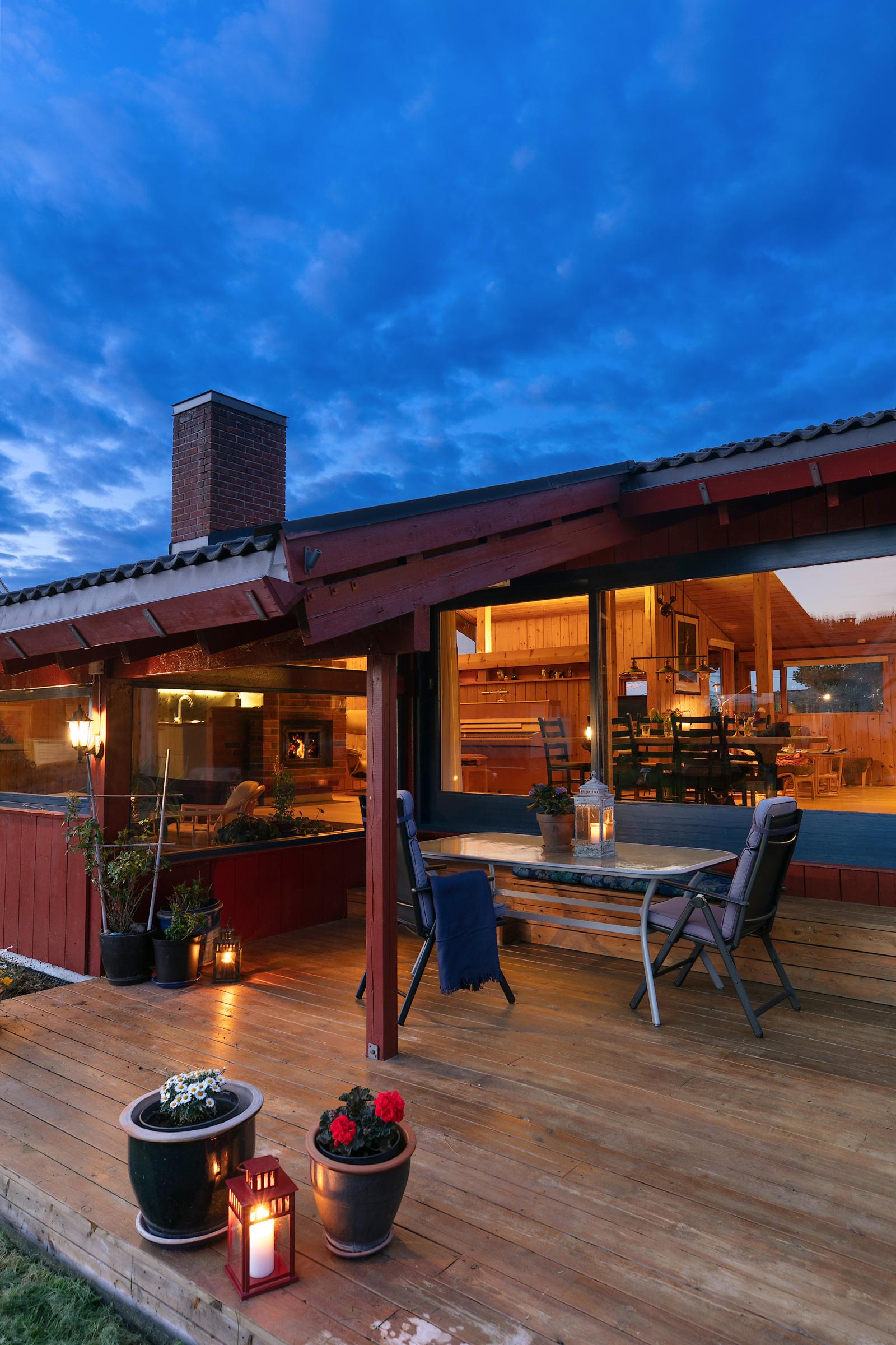 Kveldsstemning fra terrasse og hage