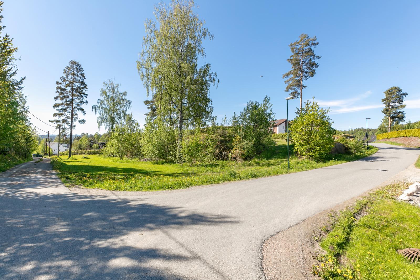 Tomten ligger til kommunale vei i et rolig boligfelt
