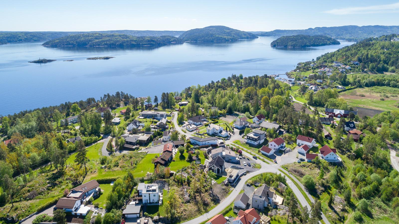 Tomten ligger i et nyere, etablert byggefelt på Båtstø