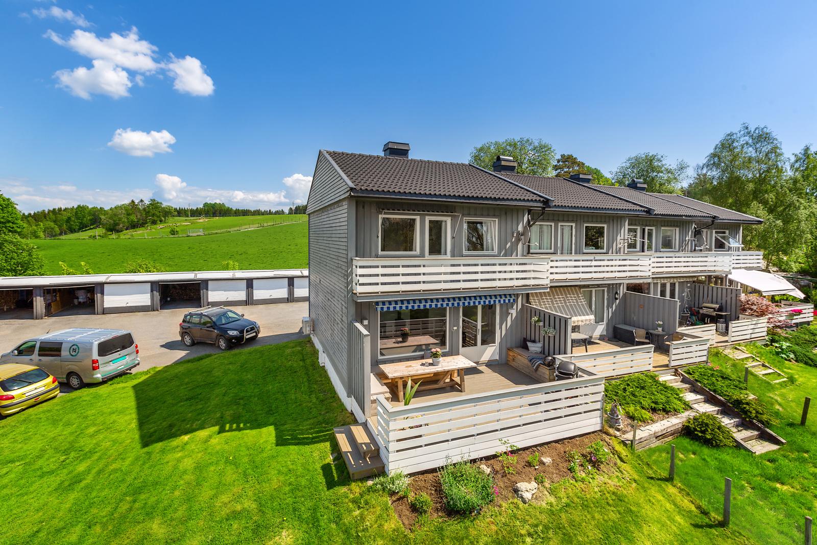 Enderekkehus med solrik hage