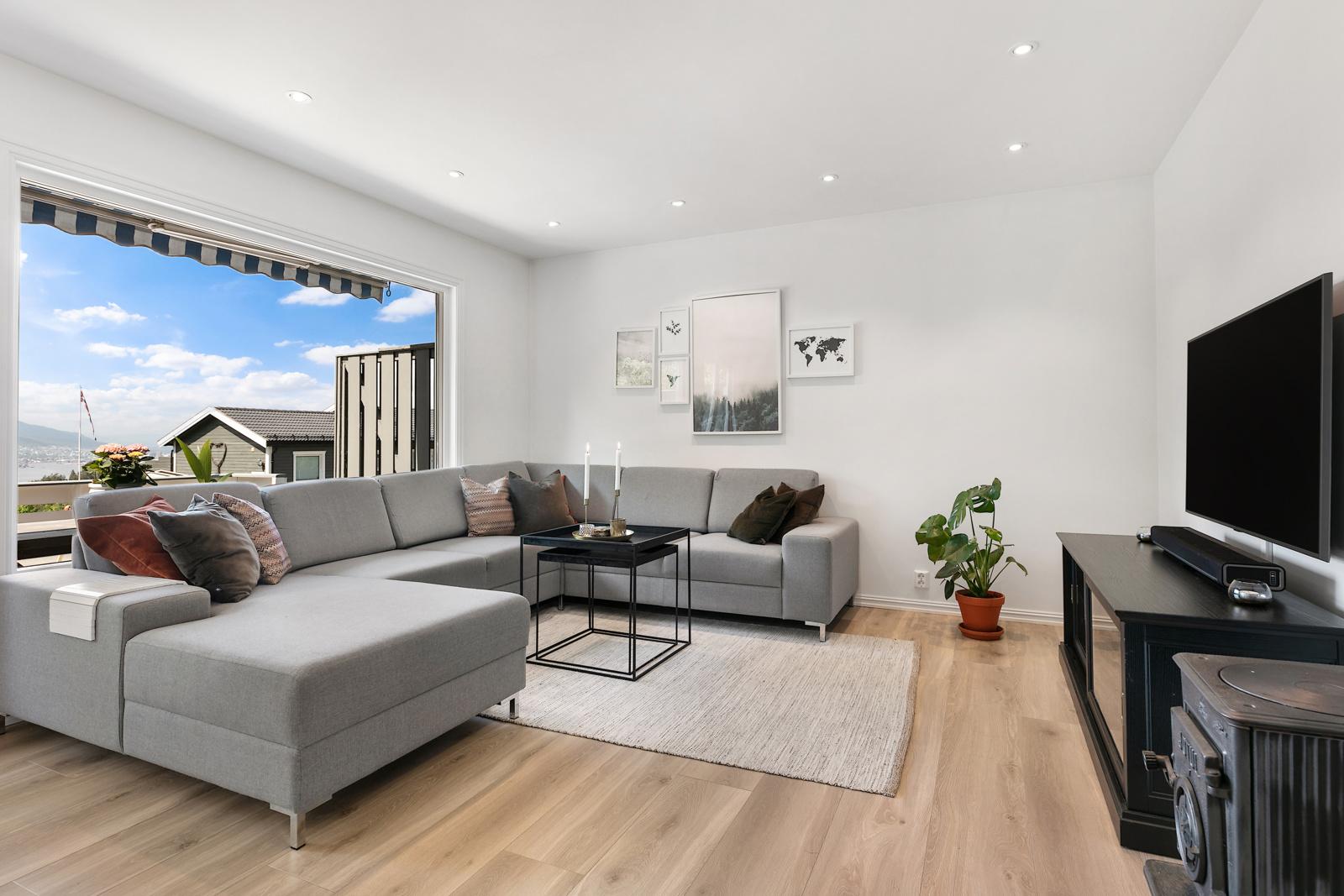 Det er god plass til stor sofa i stuen