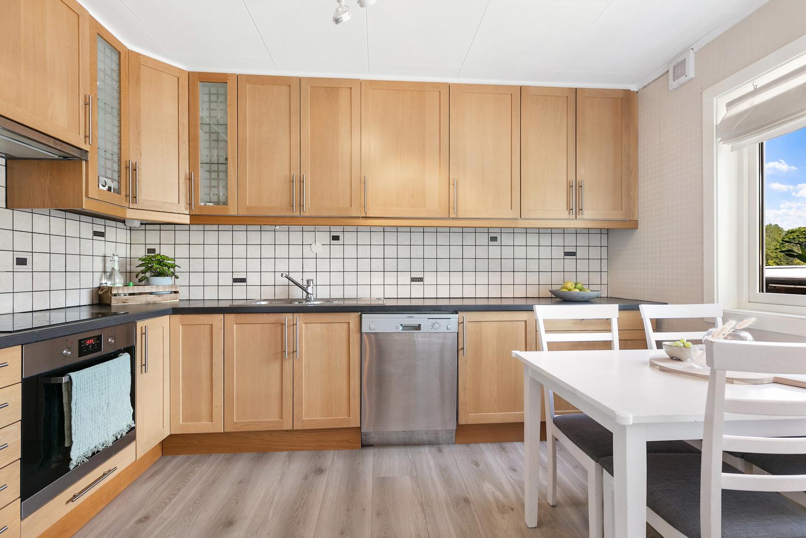 Pent kjøkken med plass til spisebord