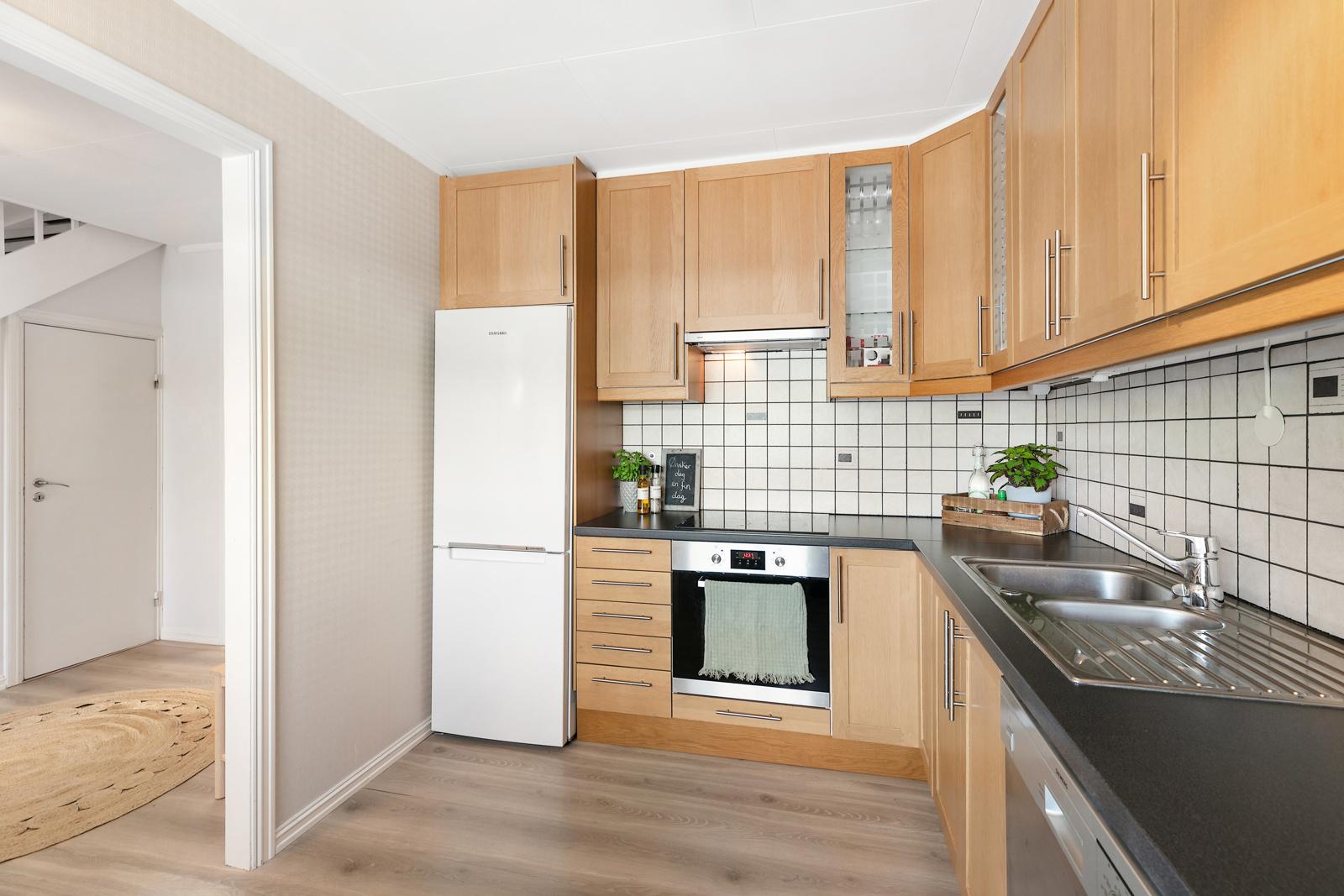 Kjøkkenet har godt med skap - og benkeplass