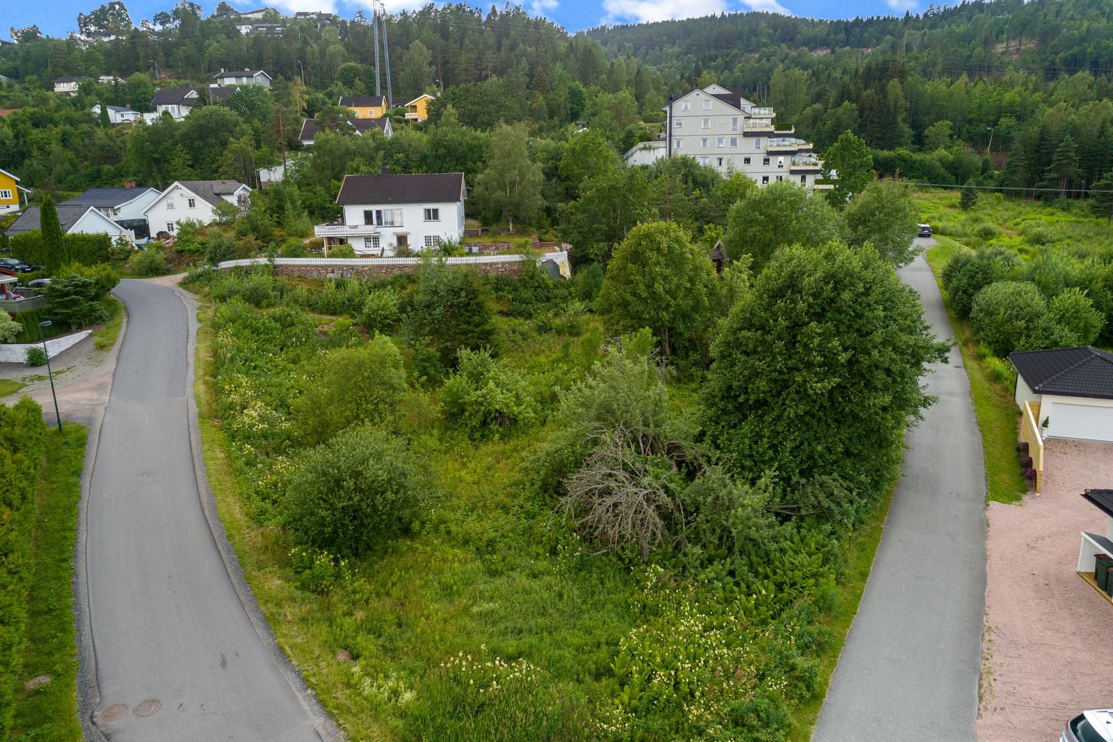 Tomten sett fra luften over veien, Plassen