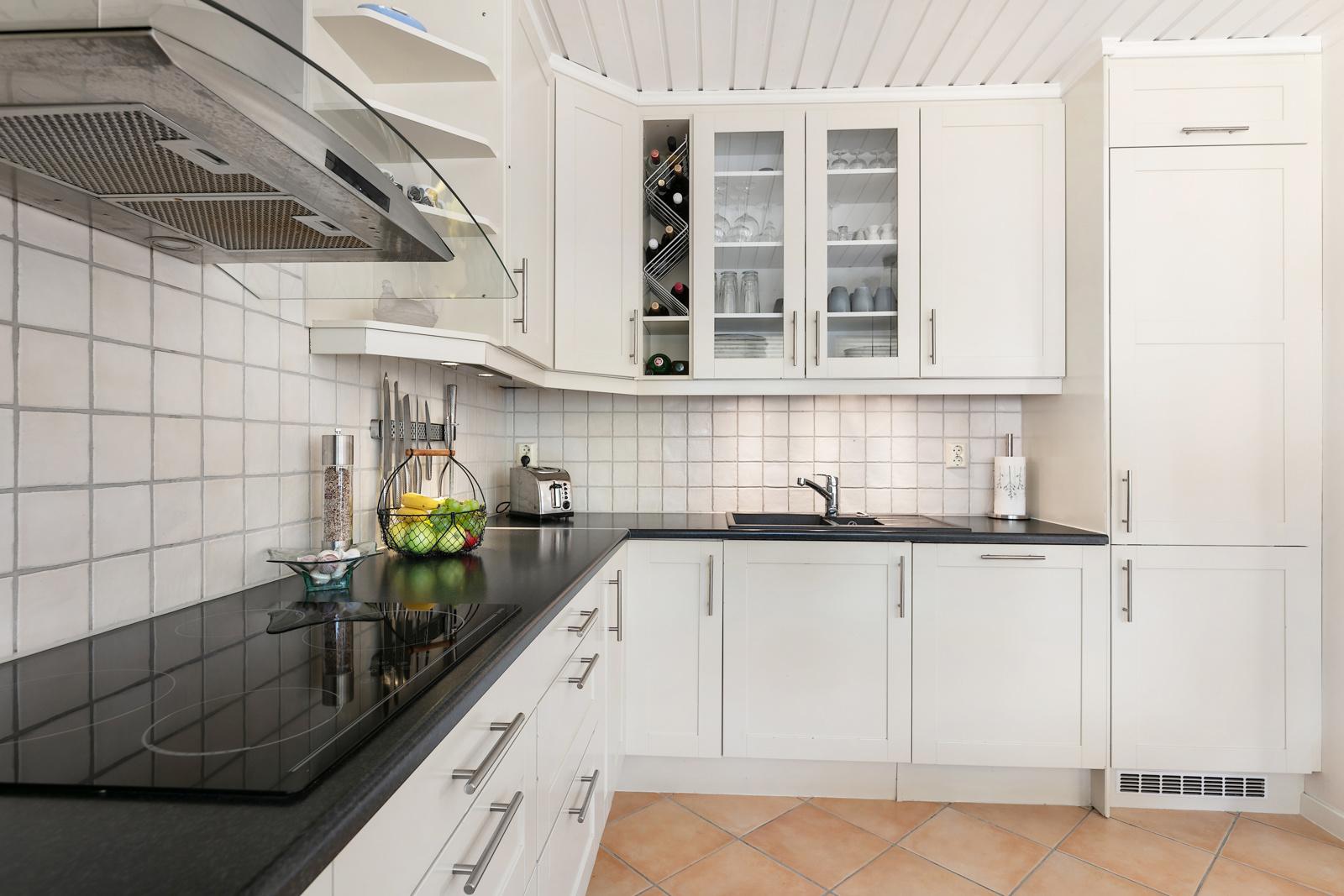 Kjøkkeninnredning med slette fronter og vitrineskap