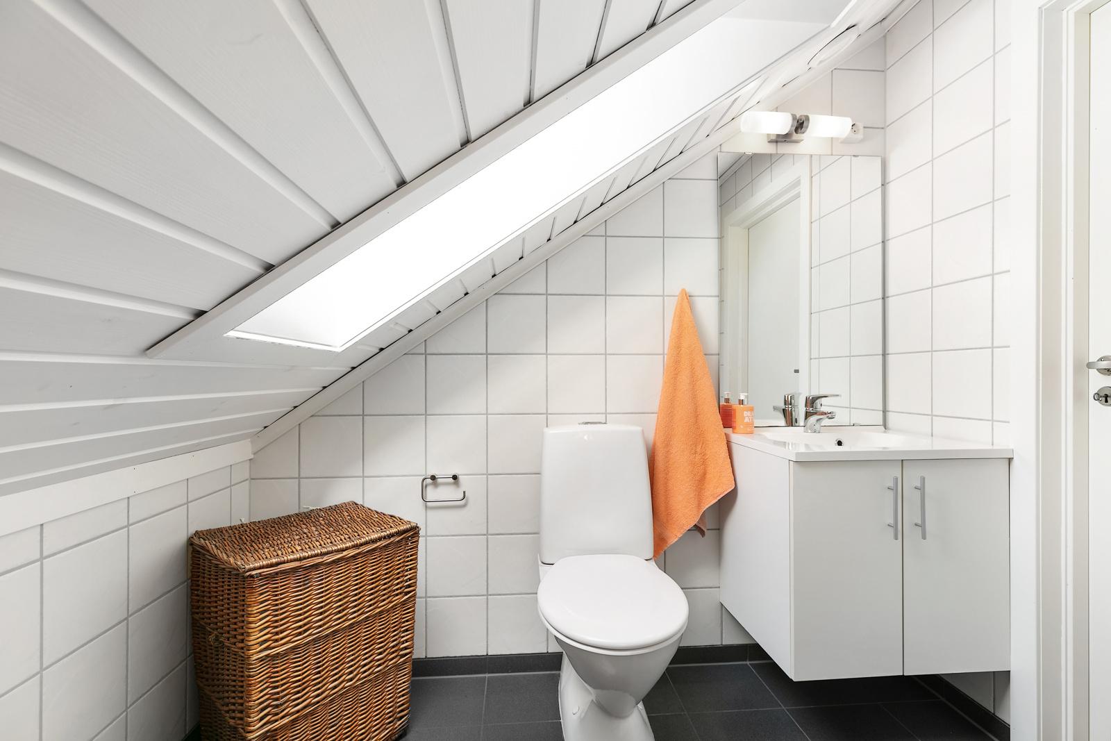 Enkelt toalettrom- med toalett og servant