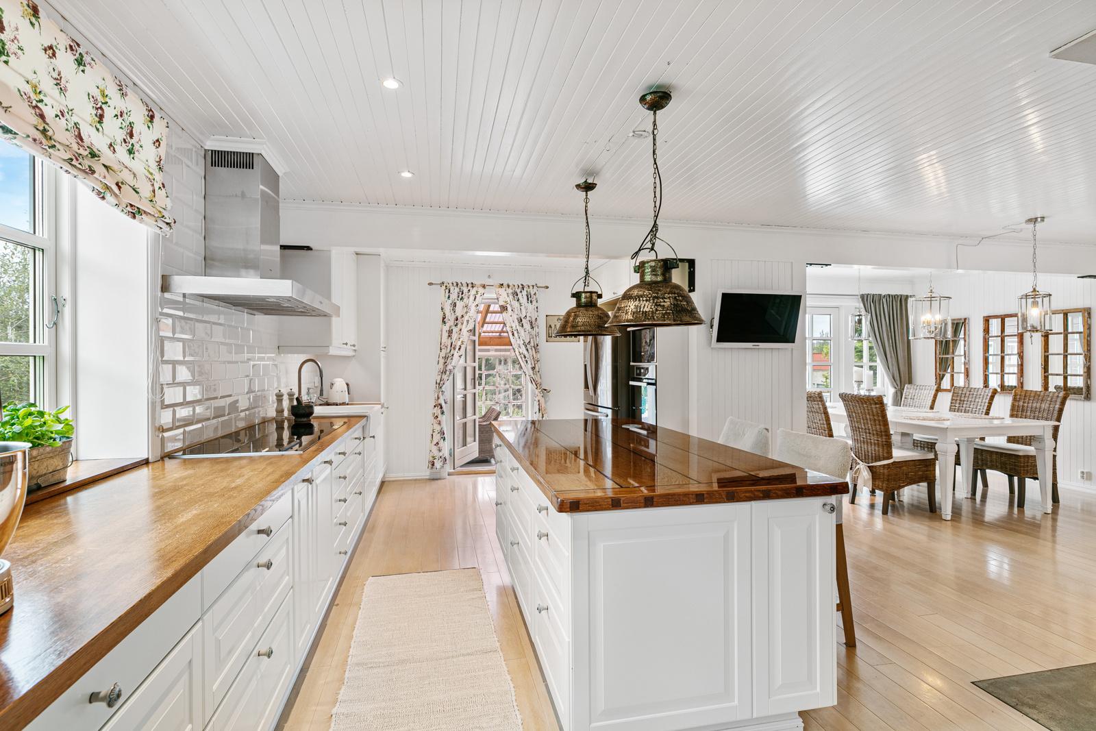 Godt med skap og benkeplass på kjøkkenet