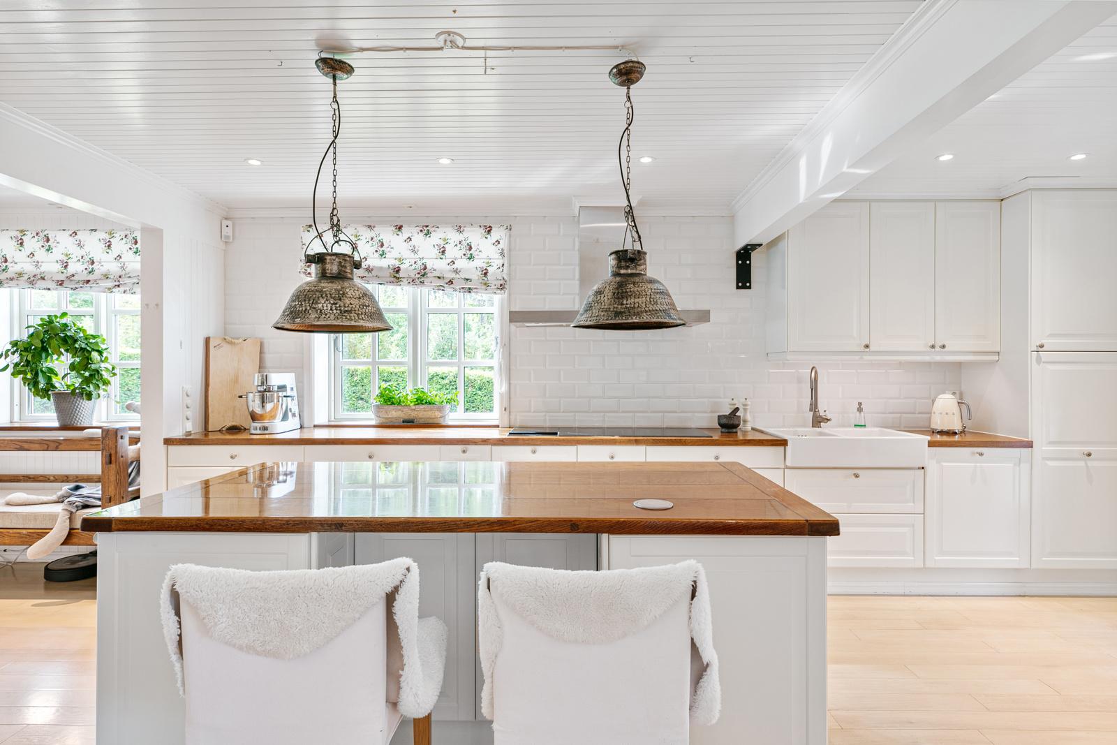 Sitteplass ved øyen på kjøkkenet