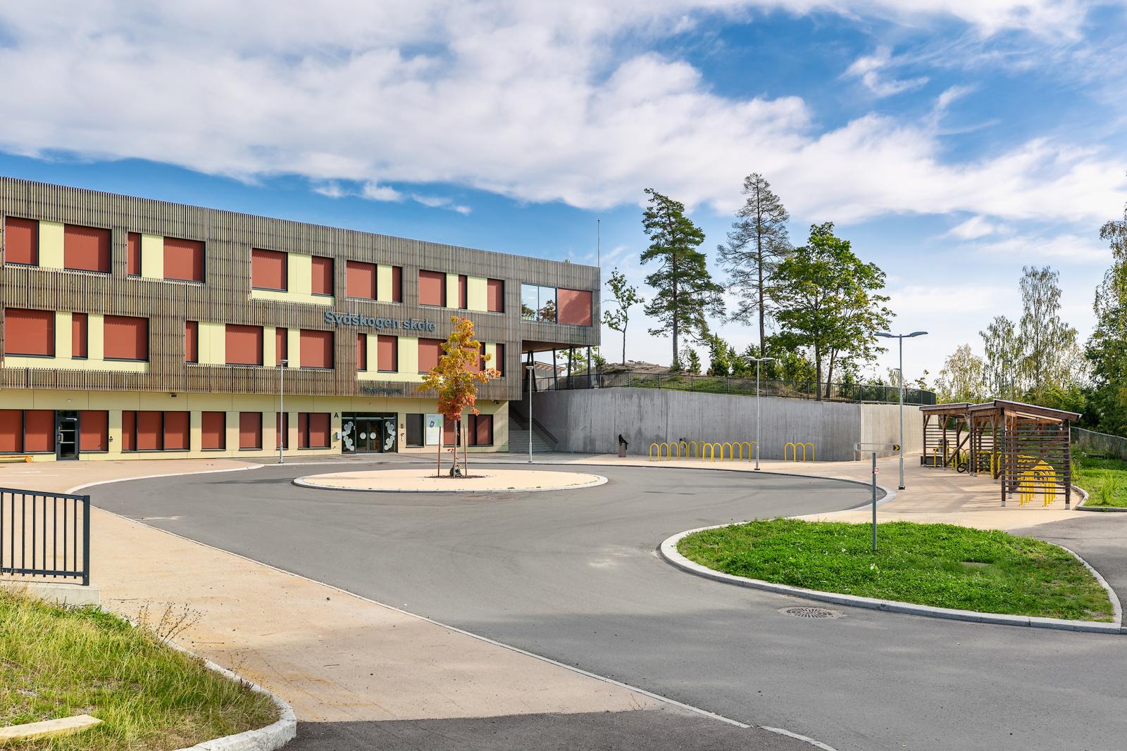 Sydskogen barneskole stod ferdig til skolestart 2019 og ligger kun 150 meter unna med gangvei.
