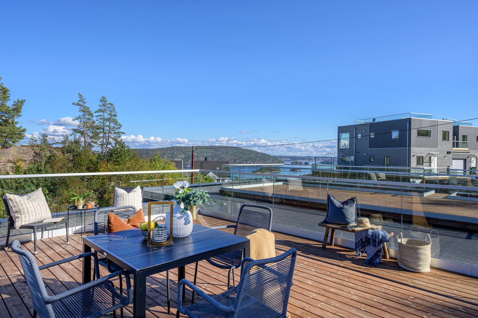 Takterrassen har glassrekkverk og Møre Royal terrassebord