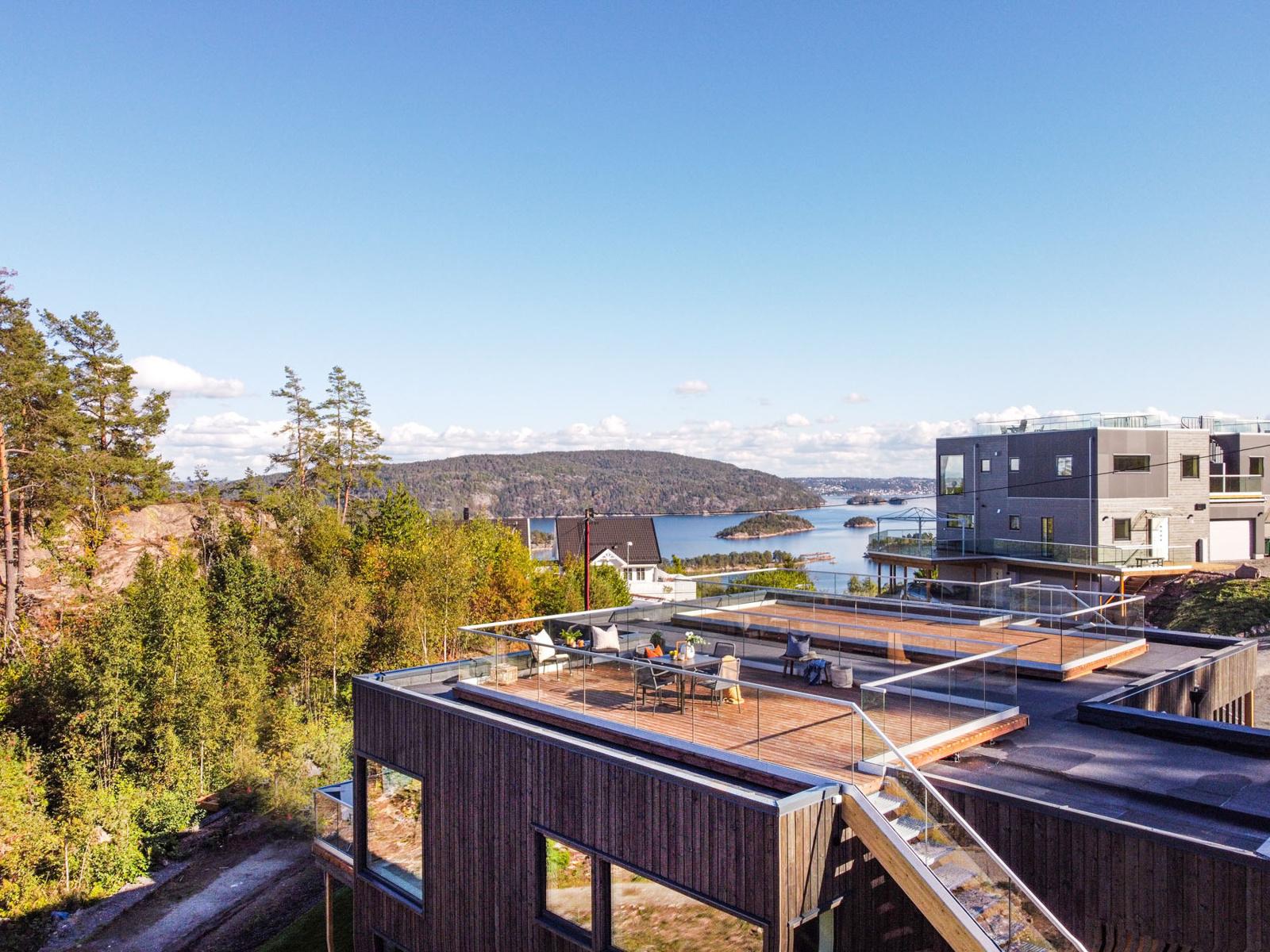 Leiligheten har egen takterrasse på 37 kvm med flott sjøutsikt