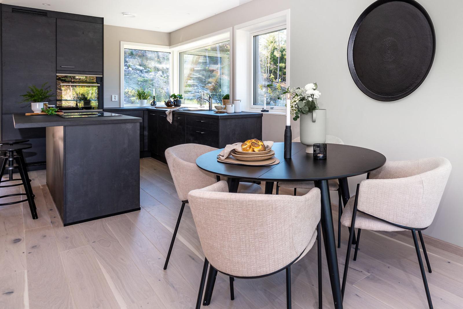 Det er enstavs eikeparkett i stue, kjøkken og på begge soverommene.