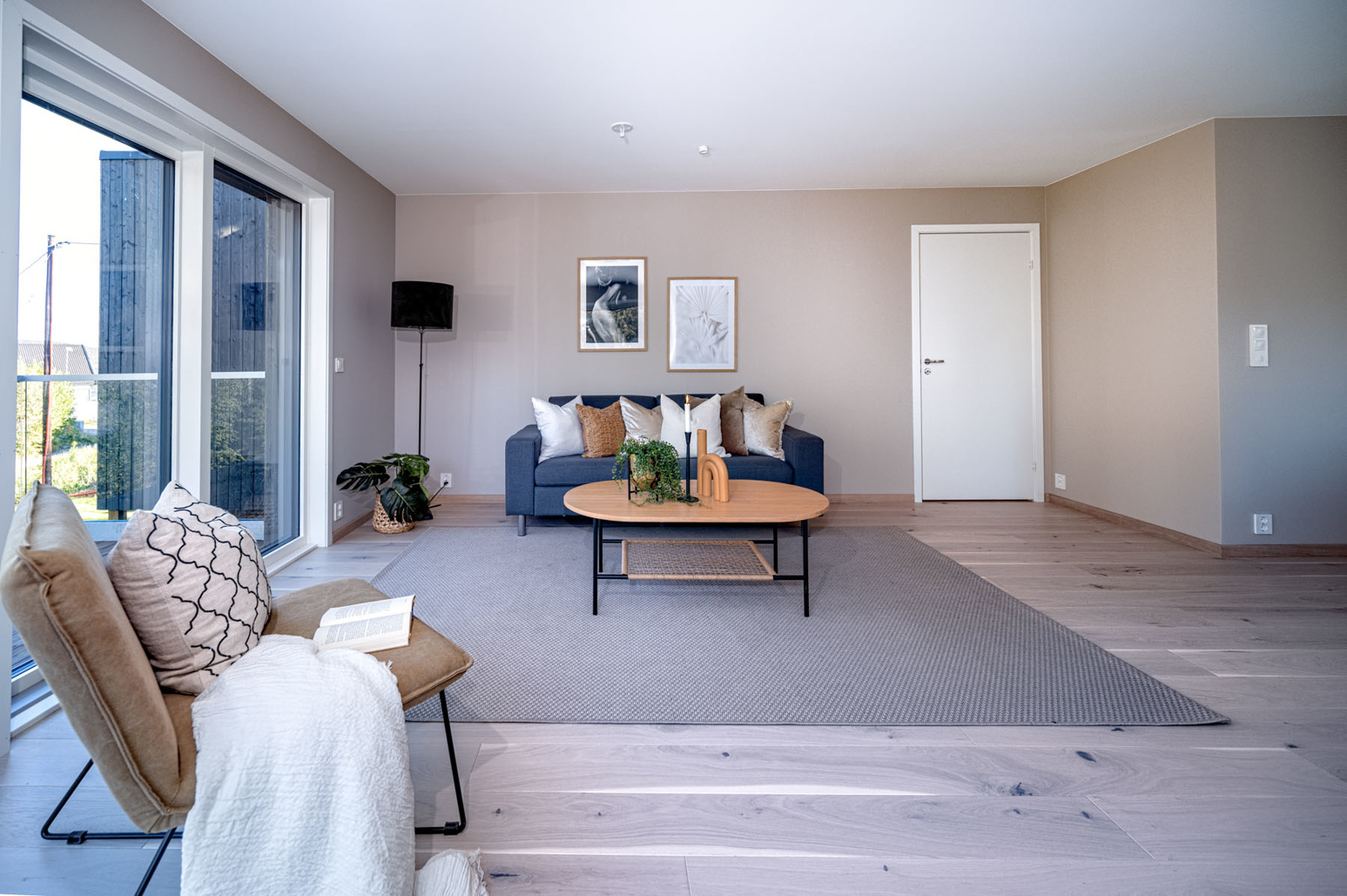Stue. Inn det hvite døren er det en liten mellomgang, ett soverom, og badet.
