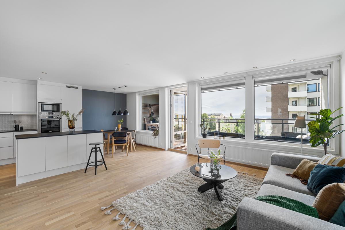 Velkommen til Hans Nordahls gate 98 A, en toppmoderne og meget attraktiv 4-R hjørneleilighet. Leiligheten er presentert av Lene Brekken i Schala & Partners Torshov.