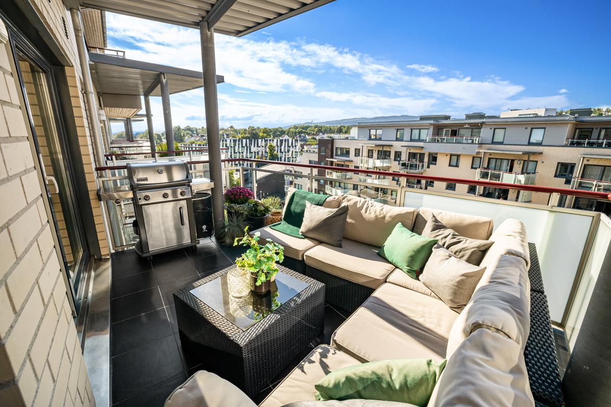 En stor balkong på ca. 10 m2 med flott utsikt. Gode solforhold ettermiddag og kveld, fra ca. kl. 16:30 - 23 midtsommer.