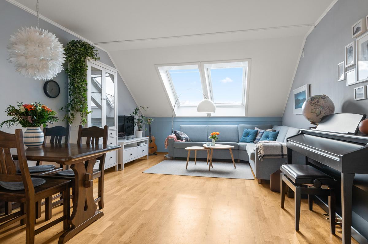 Velkommen til Sagene og Larviksgata 2! Stuen er det naturlige oppholdsrommet i leiligheten, og er et stort, lyst og fint rom.