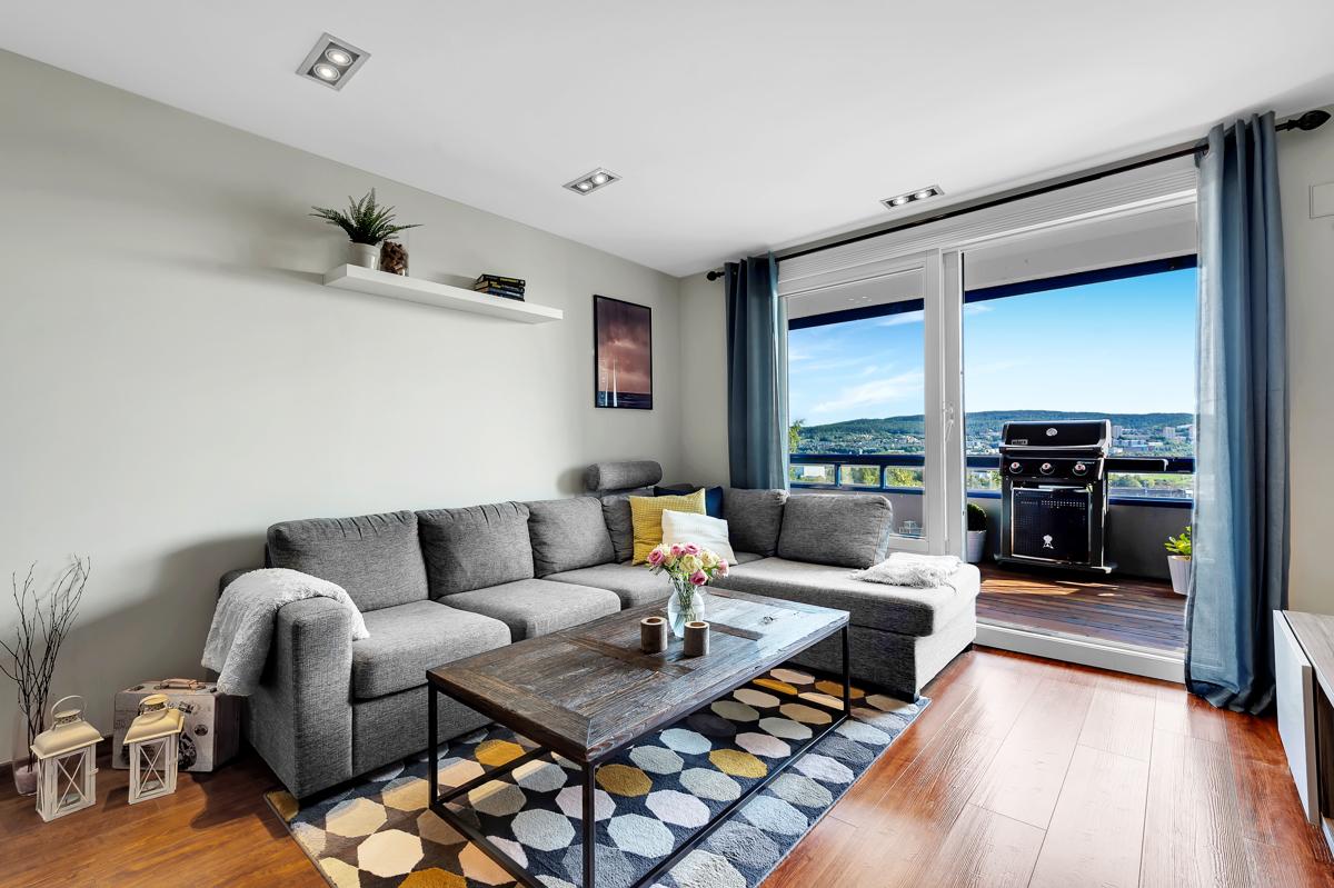 Stue med utgang til innglasset balkong
